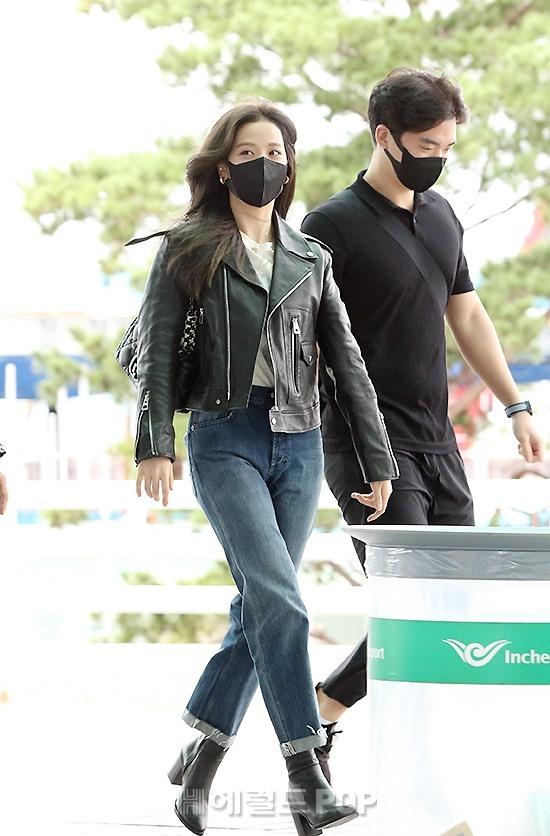 Jisoo (BLACKPINK) xinh ngất ngây tại sân bay sang Pháp dự sự kiện, nhưng sao nhìn bụng lại nặng nề thế này? - ảnh 4