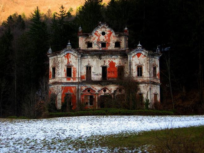 """""""Biệt phủ ma"""" giữa lòng nước Ý: Từ công trình hoành tráng bậc nhất đến địa điểm bỏ hoang sau án mạng khủng khiếp của gia chủ hoàng tộc - ảnh 3"""