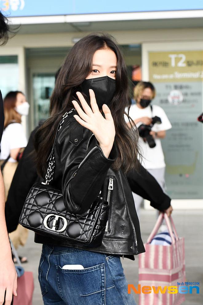 Jisoo (BLACKPINK) xinh ngất ngây tại sân bay sang Pháp dự sự kiện, nhưng sao nhìn bụng lại nặng nề thế này? - ảnh 6