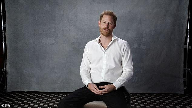 Hoàng tử Harry bất ngờ bị dư luận ném đá dữ dội vì một lời nhận xét về vợ chồng Nữ hoàng Anh - ảnh 1