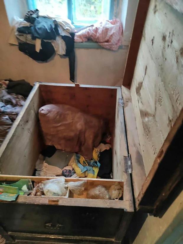 Hai đứa trẻ qua đời thương tâm trong chiếc rương cũ, bố mẹ nằm trong diện tình nghi dù biểu cảm đau xót - ảnh 2