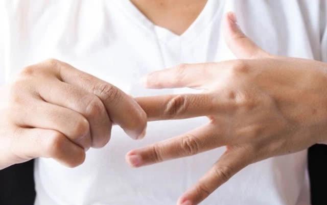 Nắm chặt tay 30 giây, biết rõ tình trạng sức khoẻ: Đau ngón cái liên quan tới phổi, đau ngón giữa rất có thể tim bạn có vấn đề - ảnh 3