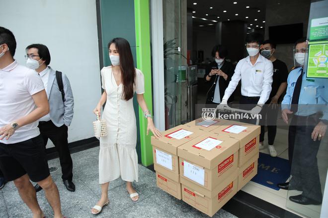 Bắt gặp Thủy Tiên lên show mới vẫn mặc đúng chiếc váy đi sao kê từ thiện cùng Công Vinh - Ảnh 6.