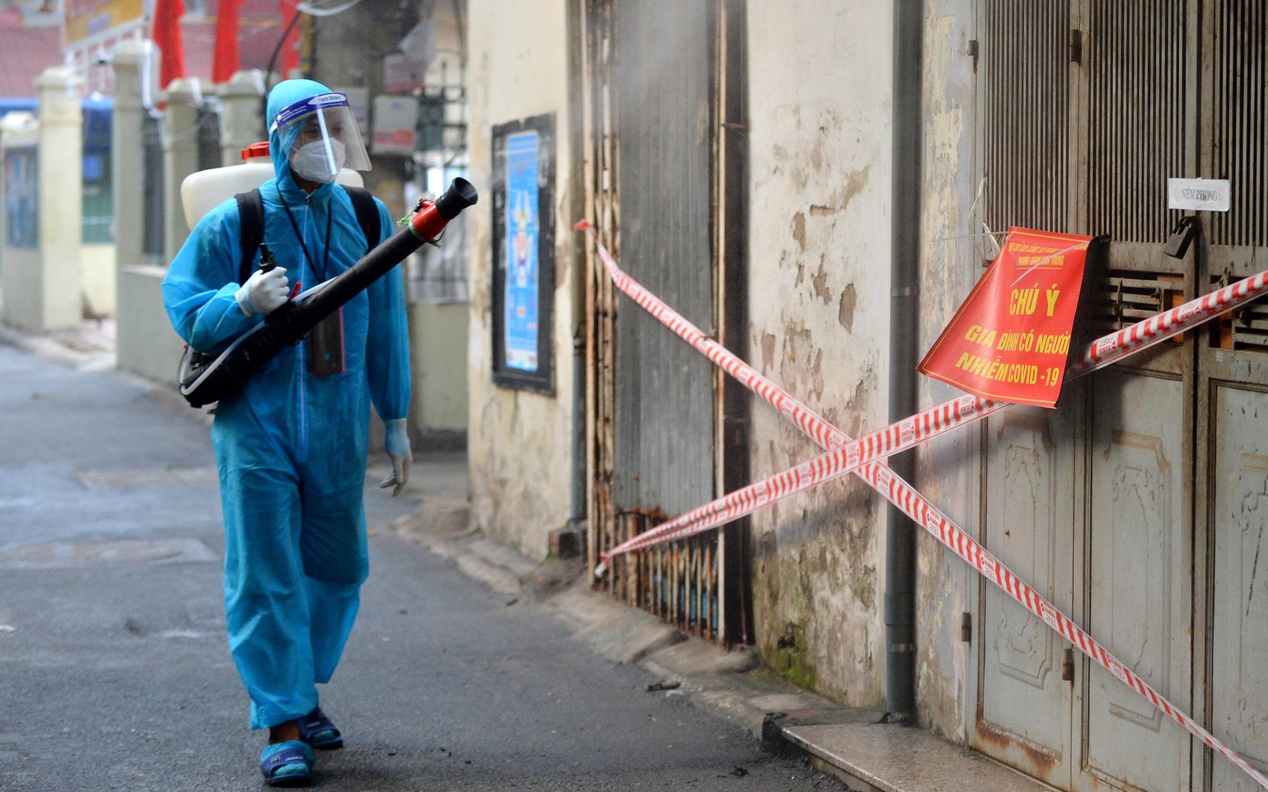 """Hà Nội: Đi từng ngõ, ngách phun khử khuẩn tại """"ổ dịch"""" Thanh Xuân Trung chuẩn bị đón hơn 1.100 người trở về"""