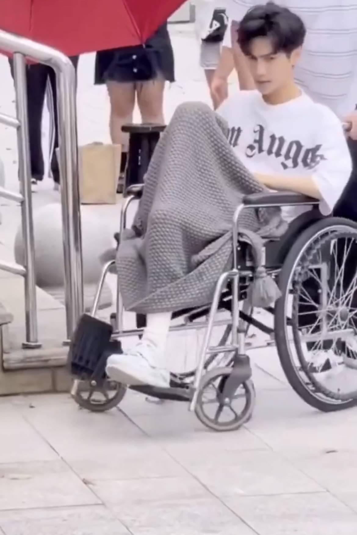 Showbiz choáng nặng trước hình ảnh mỹ nam Bên Nhau Trọn Đời ngồi xe lăn, gầy rộc như cụ già 80 tuổi - Ảnh 4.