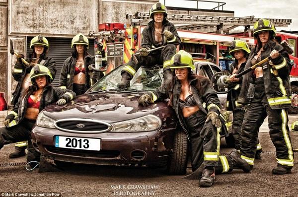 Những lính cứu hỏa xinh đẹp cởi áo chụp ảnh 5