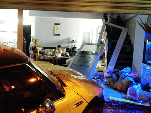 Ca sĩ Nguyên Vũ lái xe tông vào nhà dân 5