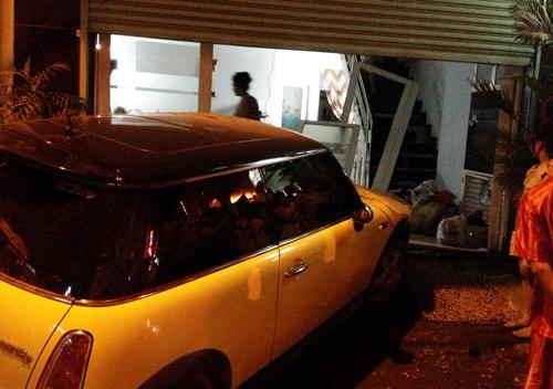 Ca sĩ Nguyên Vũ lái xe tông vào nhà dân 6