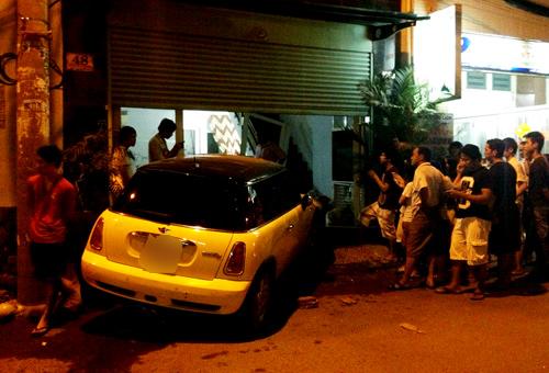 Ca sĩ Nguyên Vũ lái xe tông vào nhà dân 12
