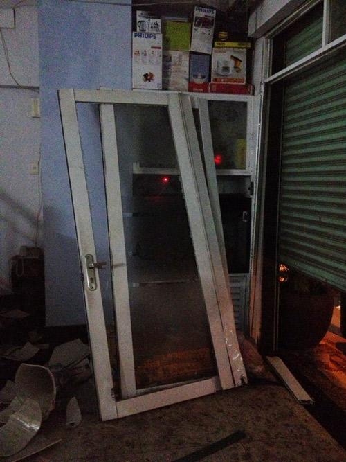 Ca sĩ Nguyên Vũ lái xe tông vào nhà dân 14