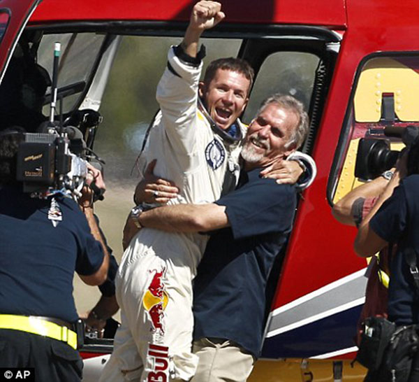 Felix Baumgartner nhảy dù thành công từ tầng bình lưu
