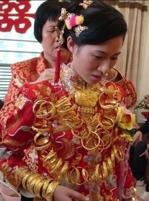 Cô dâu đeo... 5kg vàng trong đám cưới 1