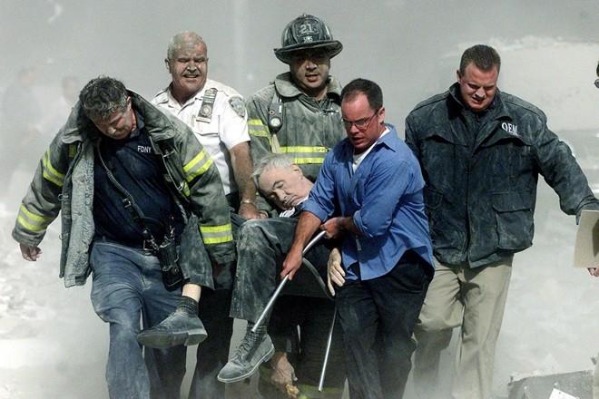 Phóng viên Shannon Stapleton ghi cảnh các nhân viên cứu hộ khiêng người bị thương ra khỏi đống đổ nát sau khi một trong hai tòa tháp trung tâm thương mại thế giới tại New York, Mỹ, bị khủng bố ngày 11/9/2001.