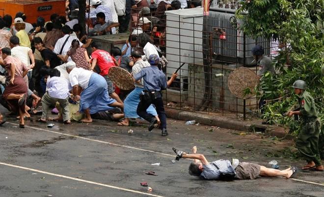 Adrees Latif ghi hình ảnh phóng viên Kenji Nagai của hãng AFP bị thương nhưng vẫn cố gắng chụp cảnh tượng cảnh sát và quân đội Myanmar nổ súng và đuổi người biểu tình tại trung tâm thành phố Yangon.