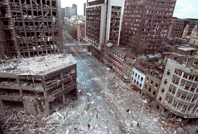 Cảnh tượng tan hoang tại thành phố London, Anh sau hai vụ đánh bom do nhóm khủng bố Cộng hòa Ireland (IRA) thực hiện.  Vụ việc khiến hàng chục người bị thương.