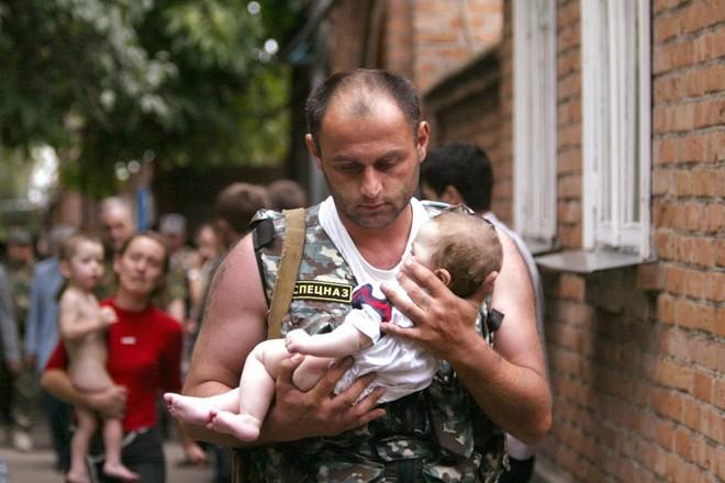 Phóng viên ảnh Viktor Korotayev ghi lại khoảnh khắc một cảnh sát Nga bế em bé trên tay và rời khỏi khu vực nguy hiểm sau cuộc khủng hoảng con tin đẫm máu tại trường học Beslan, Bắc Ossetia, tháng 9/2004. Bức ảnh sau đó xuất hiện trên trang nhất của nhiều ấn phẩm báo chí toàn cầu.