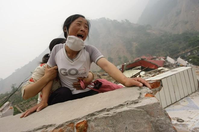 Người phụ nữ gào khóc và gọi tên chồng và con gái sau một trận động đất ở tỉnh Tứ Xuyên, tây nam Trung Quốc. Đây là bức hình của Jason Lee.