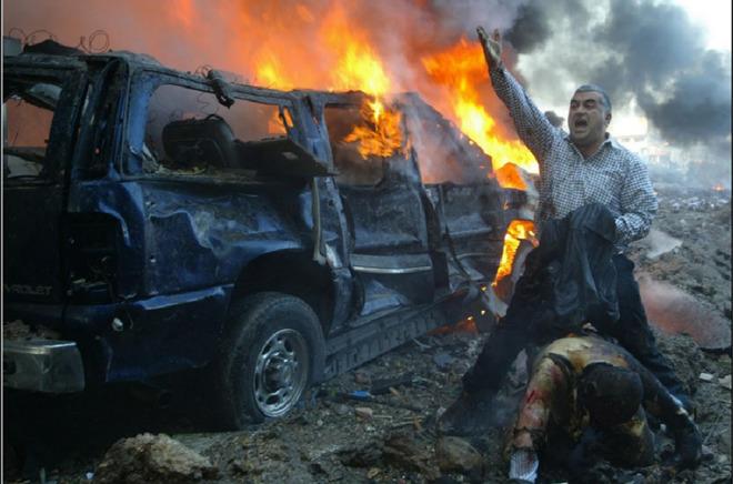 Một người đàn ông Lebanon hét to để tìm kiếm sự giúp đỡ sau khi thấy một người bị thương nặng tại khu vực gần nơi vụ đánh bom xe xảy ra tại Beirut. Vụ nổ đã khiến cựu Thủ tướng Lebanon Rafik al-Hariri và 8 người khác thiệt mạng.