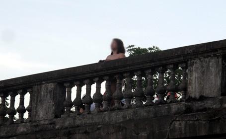 Một phụ nữ đột nhiên khỏa thân trên cầu Long Biên 4