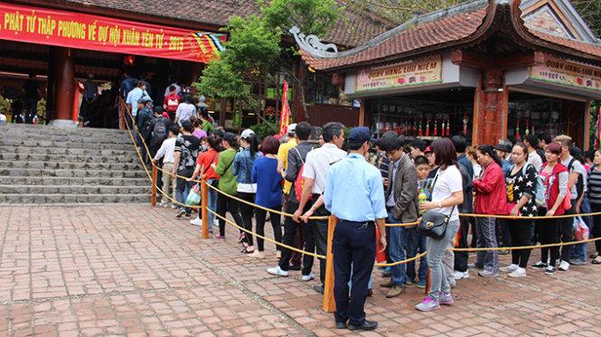 Dù đã mua được vé nhưng du khách vẫn phải xếp hàng dài hàng trăm mét mới đến lượt lên cáp treo  - Ảnh: Trần Mạnh