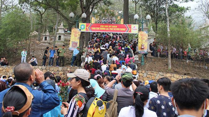 Đường lên chùa Hoa Yên đông nghẹt, du khách di chuyển từng bước một, nhiều đoạn phải đứng yên - Ảnh: Trần Mạnh