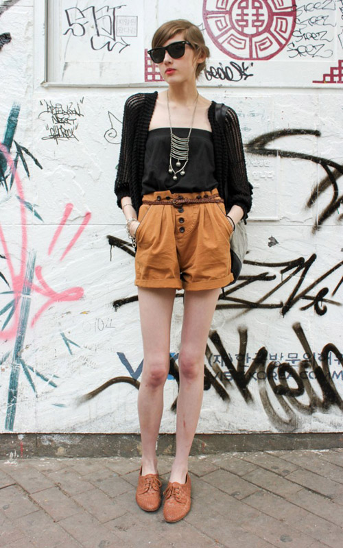 Màu sắc quần short và giày Oxford tương đồng sẽ tạo cảm giác đôi chân thon và dài hơn rất nhiều