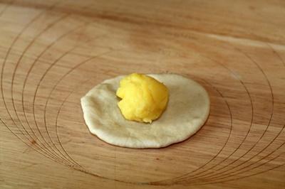 Nhân bánh bao kim sa có màu vàng tươi