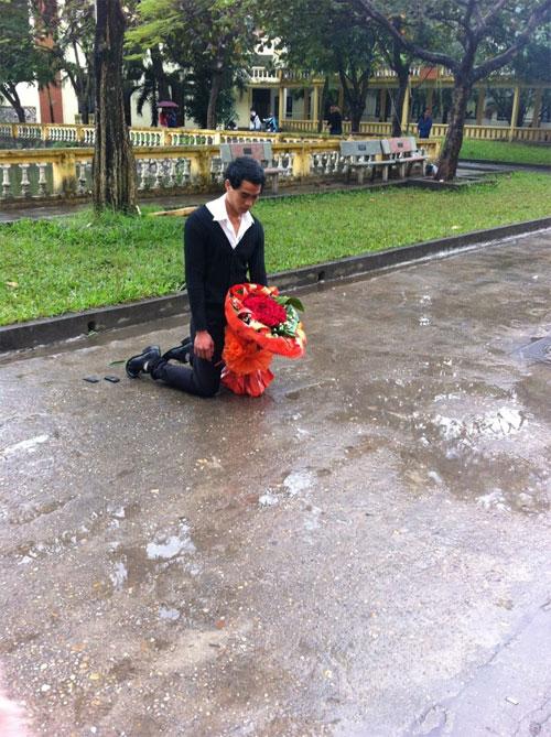 Hà Nội: Nam sinh quỳ giữa mưa chờ tặng hoa xin lỗi bạn gái 1