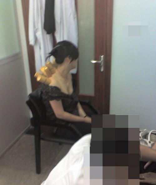 """Bác sĩ sàm sỡ, chụp trộm 900 ảnh """"nóng"""" của nữ bệnh nhân 3"""