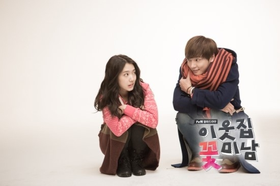 Bàn tay lạ nghịch cạp váy của Park Shin Hye 6