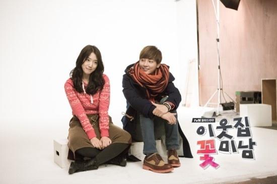 Bàn tay lạ nghịch cạp váy của Park Shin Hye 7