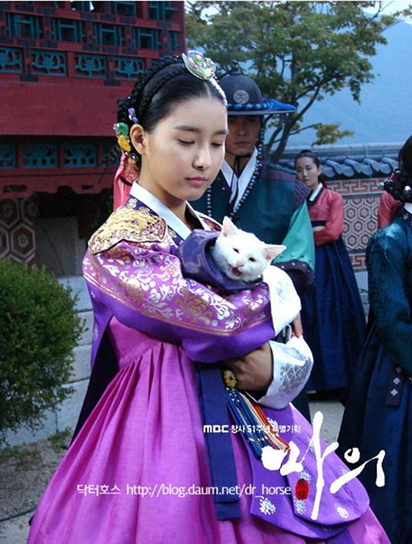 """""""Cháo"""" So Eun nhắng nhít trêu đùa mèo cưng"""