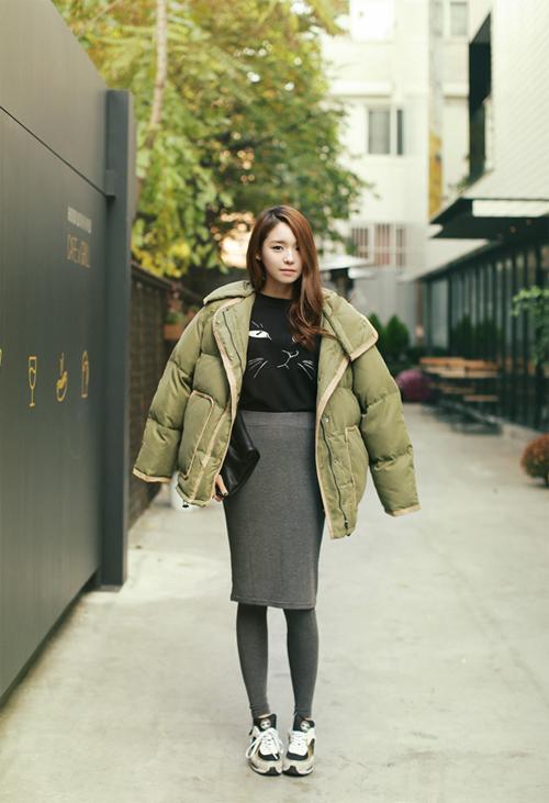 Áo phao rộng thùng thình sẽ được chân váy len ôm sát và giày thể thao khắc phục nhược điểm
