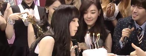 Sooyoung (SNSD) đăng ảnh Taeyeon xinh đẹp thổi nến mừng sinh nhật 10