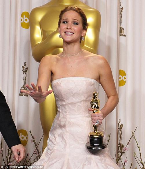 Jennifer Lawrence phân trần chuyện ngã khi nhận giải Oscar 3