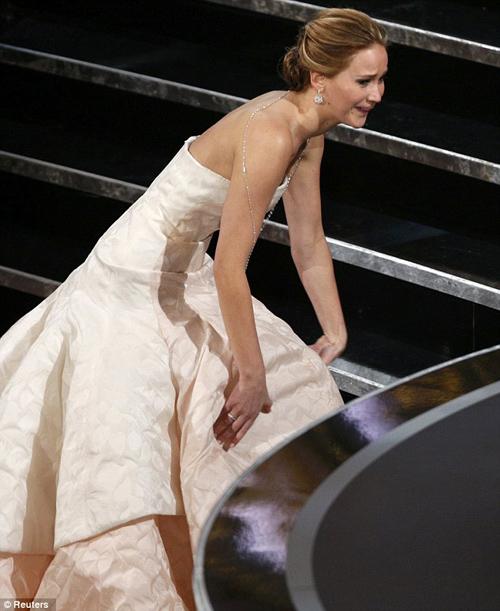 Jennifer Lawrence phân trần chuyện ngã khi nhận giải Oscar 2
