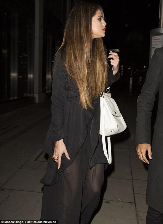 Selena che mặt khi đi ăn tối với bạn của Justin 1