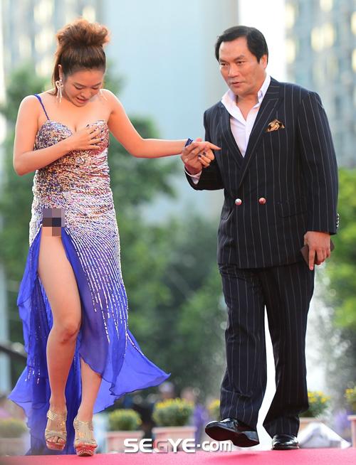 Nữ diễn viên tuột váy gây náo loạn thảm đỏ Hàn 4