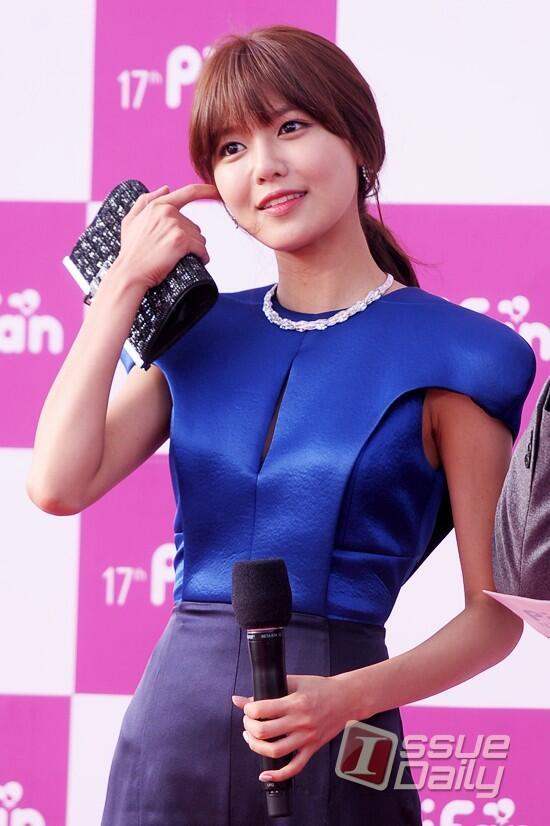 Nữ diễn viên tuột váy gây náo loạn thảm đỏ Hàn 6