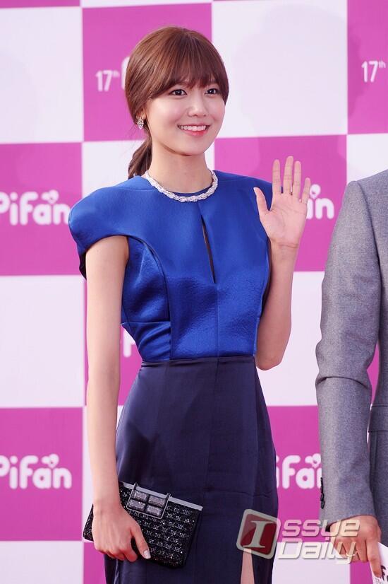 Nữ diễn viên tuột váy gây náo loạn thảm đỏ Hàn 7