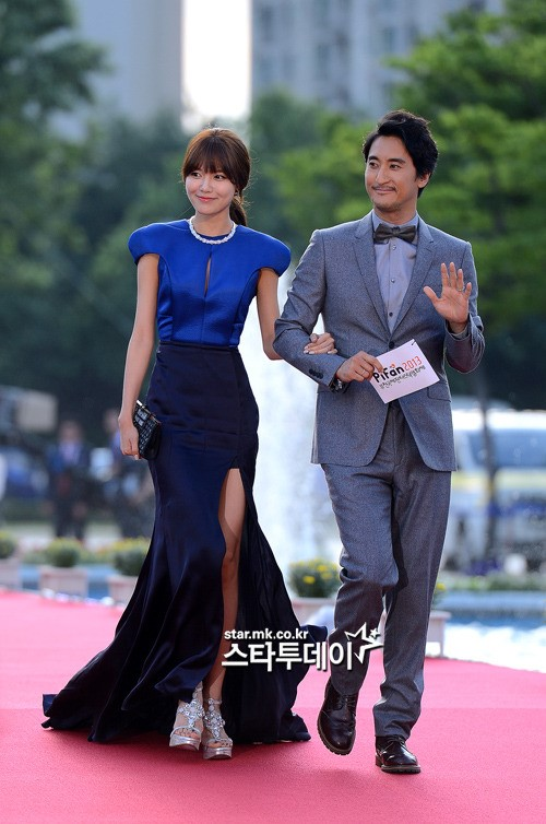 Nữ diễn viên tuột váy gây náo loạn thảm đỏ Hàn 8