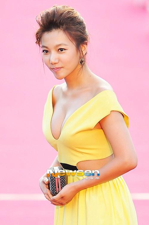 Nữ diễn viên tuột váy gây náo loạn thảm đỏ Hàn 10