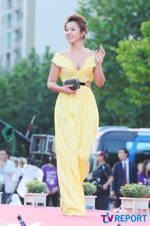 Nữ diễn viên tuột váy gây náo loạn thảm đỏ Hàn 11