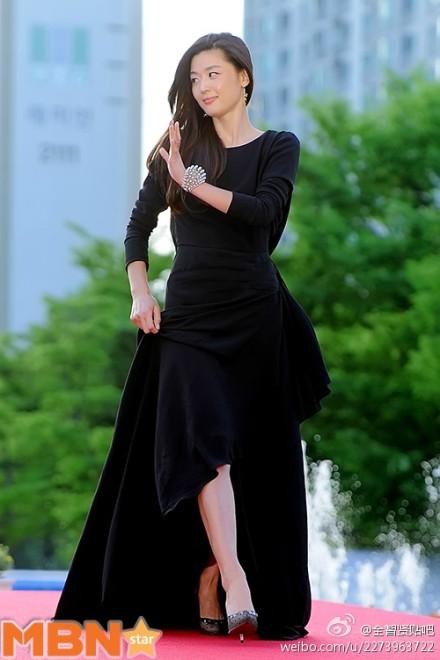 Nữ diễn viên tuột váy gây náo loạn thảm đỏ Hàn 13