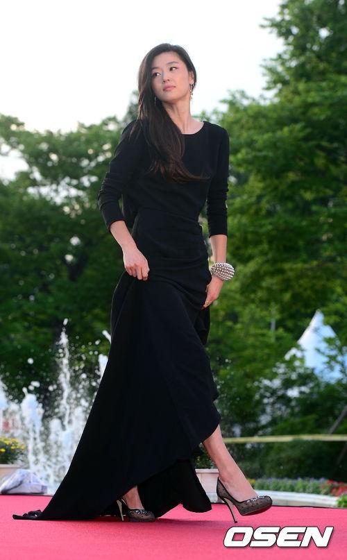 Nữ diễn viên tuột váy gây náo loạn thảm đỏ Hàn 15