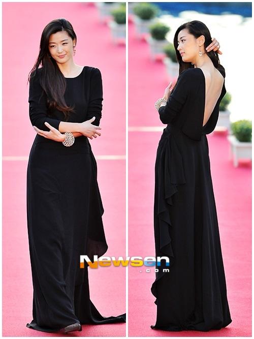 Nữ diễn viên tuột váy gây náo loạn thảm đỏ Hàn 16
