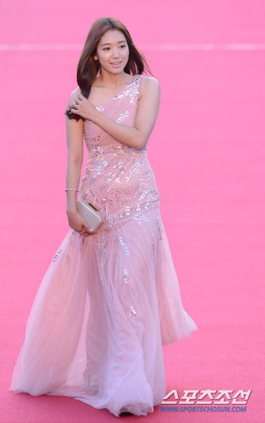 Nữ diễn viên tuột váy gây náo loạn thảm đỏ Hàn 17
