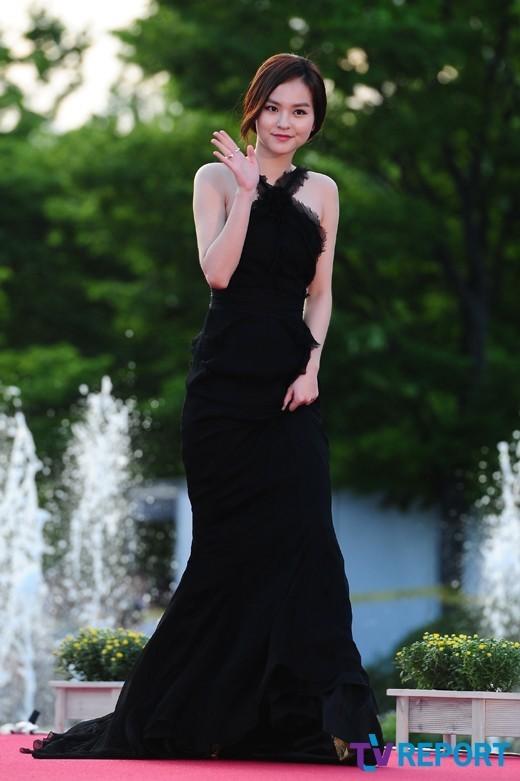 Nữ diễn viên tuột váy gây náo loạn thảm đỏ Hàn 18