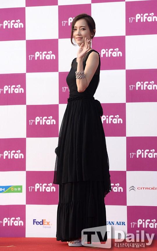 Nữ diễn viên tuột váy gây náo loạn thảm đỏ Hàn 23