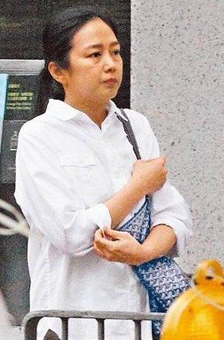 Vợ Lưu Đức Hoa già nua, mệt mỏi xếp hàng đi chợ 3